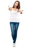 Glückliches beiläufiges Mädchen, das sich Daumen zeigt Stockbild