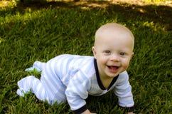 Glückliches blondes Baby-Kriechen Lizenzfreies Stockfoto