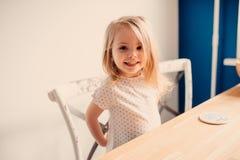 Glückliches blondes Baby zu Hause Lizenzfreies Stockbild