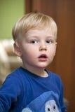 Glückliches blondes Baby zu Hause Stockfotos