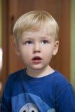 Glückliches blondes Baby zu Hause Stockfotografie