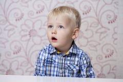 Glückliches blondes Baby zu Hause Lizenzfreie Stockbilder