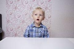 Glückliches blondes Baby zu Hause Stockfoto