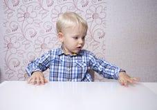Glückliches blondes Baby zu Hause Stockbild