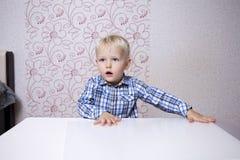 Glückliches blondes Baby zu Hause Lizenzfreie Stockfotografie