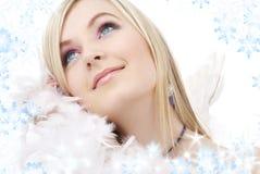 Glückliches blondes Engelsmädchen mit Federboa Stockbilder
