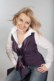Glückliches blondes Frauenlachen Stockfotografie