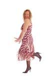 Glückliches blondes Frauentanzen im Kleid Lizenzfreie Stockfotografie