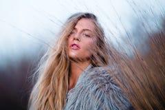 Glückliches blondes hübsches Mädchen im Mantelabschluß herauf Porträt Lizenzfreies Stockbild