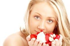Glückliches blondes im Badekurort mit dem Rot Lizenzfreies Stockfoto