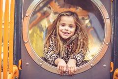 Glückliches blondes kleines Mädchen im Spielplatz stockbild