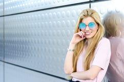 Glückliches blondes Lächeln der jungen Frau lokalisiert Stockbild