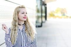 Glückliches blondes Lächeln der jungen Frau lokalisiert Stockfoto