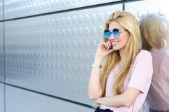 Glückliches blondes Lächeln der jungen Frau lokalisiert Lizenzfreie Stockfotos