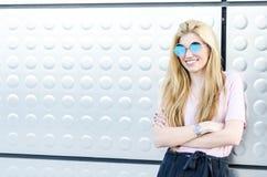 Glückliches blondes Lächeln der jungen Frau lokalisiert Stockfotografie