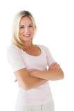 Glückliches blondes Lächeln mit den Armen gekreuzt Stockbilder