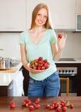 Glückliches blondes Mädchen, das Erdbeeren hält Stockfoto