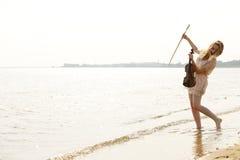 Glückliches blondes Mädchen mit einer Violine im Freien Lizenzfreie Stockbilder