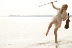 Glückliches blondes Mädchen mit einer Violine im Freien Lizenzfreies Stockfoto
