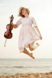 Glückliches blondes Mädchen mit einer Violine im Freien Lizenzfreie Stockfotografie