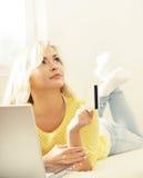 Glückliches blondes Mädchen mit Kreditkarte und Notizbuch Sehr flacher DOF! Konzentrieren Sie sich auf der Hand und auf die Karte Lizenzfreies Stockbild