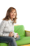 Glückliches blondes Mädchen mit Tasse Kaffee Lizenzfreie Stockfotografie