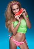 Glückliches blondes Mädchen mit Wassermelone Stockbilder