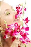 Glückliches blondes mit Orchidee Lizenzfreies Stockfoto