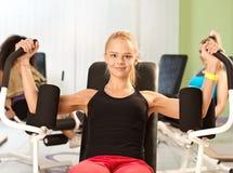 Glückliches blondes Trainieren an der Turnhalle Lizenzfreies Stockfoto