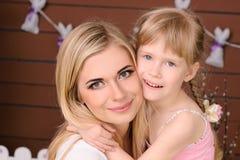 glückliches blondes Umarmen der Mutter und der Tochter stockfoto