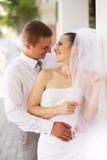 Glückliches Braut- und Bräutigamlachen Stockbild
