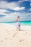 Glückliches Brauttanzen auf Strand Stockfotografie