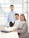 Glückliches businessteam, das zusammen lächeln bearbeitet Lizenzfreies Stockfoto