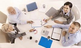 Glückliches businessteam, das zusammenarbeitet Stockbilder