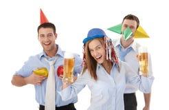 Glückliches businessteam, welches das Parteilächeln hat Stockfoto