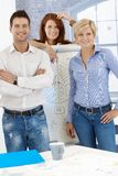 Glückliches businessteam am whiteboard Lizenzfreies Stockfoto