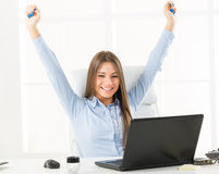 Glückliches Bussineswoman in Front Of Laptop Stockbild