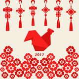 Glückliches chinesisches neues Jahr 2017 des roten Hahns mit Dekoration und Blumen Lizenzfreies Stockbild