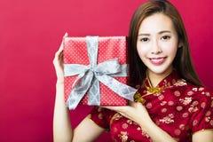 Glückliches chinesisches neues Jahr Junge Frauen-Holding-Geschenk-Kasten Stockfotografie