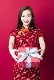 Glückliches chinesisches neues Jahr Junge Frauen-Holding-Geschenk-Kasten Lizenzfreies Stockbild