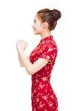 Glückliches chinesisches neues Jahr schöne junge Asiatin mit Geste Lizenzfreie Stockfotografie