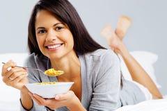 Glückliches Corn-Flakesmädchen Stockfoto