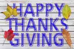 Glückliches Dank-Geben geschrieben auf weißen Holztisch mit Herbst vier Stockfoto