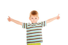 Glückliches Darstellen des kleinen Jungen Daumen oben Stockfoto
