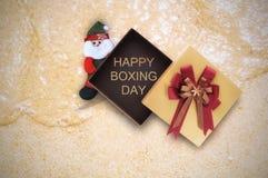 Glückliches 26. Dezember-Wort in der Geschenkbox mit Santa Claus auf tropischem Strandhintergrund Stockbilder
