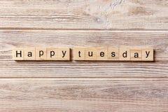 Glückliches Dienstag-Wort geschrieben auf hölzernen Block Glücklicher Dienstag-Text auf Tabelle, Konzept Stockfotografie