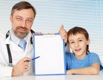 Glückliches Doc. in seinem Büro Stockbild