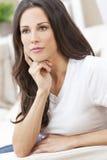 Glückliches durchdachtes schönes Frauen-Stillstehen Stockbild