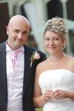 Glückliches eben verheiratetes Paar Stockfoto