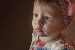 Glückliches einjähriges Mädchen des Porträts, das wenn Raum aufwirft, gespielt wird lizenzfreie stockbilder